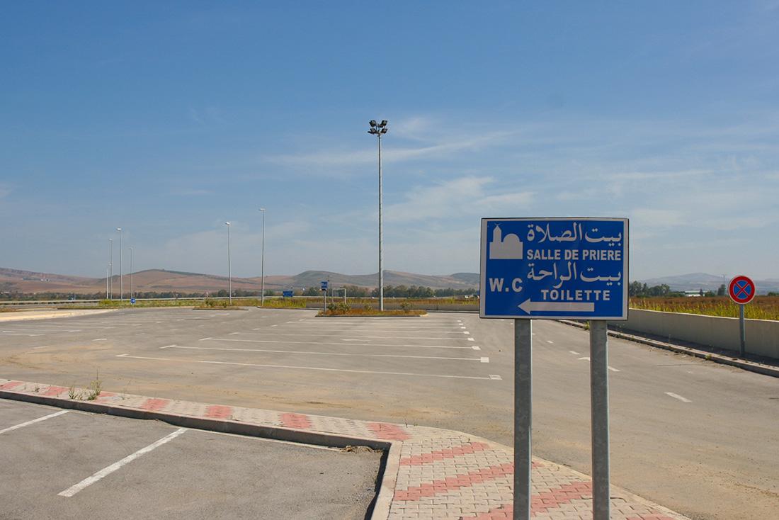 Wegweiser zu einem Gebetsraum auf einer Autobahnratstätte